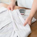 シャツをたたむ女性